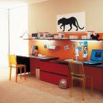 Longue étagère confortable avec lumière au-dessus du double poste de travail