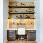 Massives étagères à trois rangées dans une niche au-dessus du bureau