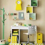 Étagères inhabituelles de différentes formes au-dessus de la table pour décorer la chambre d'enfants
