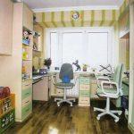 Des bureaux pour deux enfants avec des étagères au-dessus d'eux