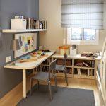 Une étagère au-dessus de la table et une bibliothèque en bas pour les livres dans la chambre de l'étudiant