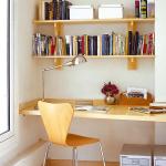 Étagères à livres au-dessus du bureau