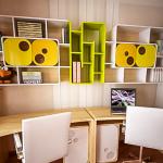 Rayonnages-étagères sur des bureaux pour deux enfants