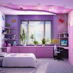 Étagères dans les coins de la fenêtre au-dessus de la table et armoires dans la chambre violette