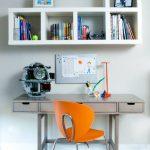Simple étagère avec des rayons de miel sur le bureau