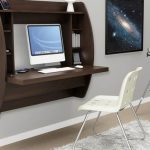 Une table combinée avec une étagère dans l'espace