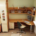 Etagère d'angle et tablette au dessus du bureau