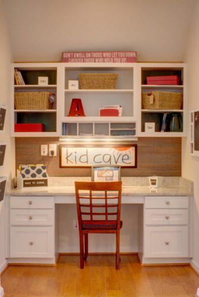 Bureau spacieux avec étagère