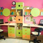 Chambre d'enfant lumineuse avec un ensemble de meubles - tables, étagères et étagères