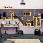 Étagère jaune de forme inhabituelle au-dessus du bureau d'un élève adolescent