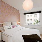 Lit blanc et armoire blanche pour la chambre