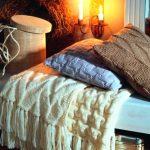 Blanc volume plaid sur lit fait à la main