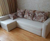 ספה פינתית לבנה עם כריות בהירות לעשות את זה בעצמך