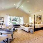 Grande chambre spacieuse avec les meubles nécessaires.