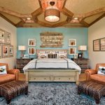 Grande chambre avec une disposition symétrique des meubles.