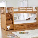 Lit en bois à deux niveaux avec un escalier confortable