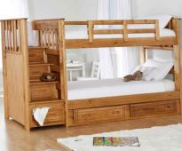 Houten bed in twee lagen met een comfortabele trap