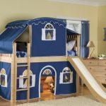 Un lit superposé avec des extras est utilisé comme une maison de théâtre et un bon endroit pour dormir.