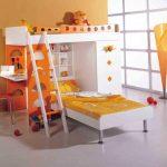 Beau lit superposé avec étagères et table