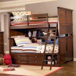 Beau lit pour les adolescents en bois naturel