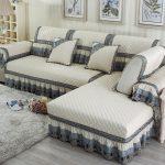 Beau couvre-lit avec des volants sur le canapé d'angle