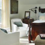Chaises longues près de la fenêtre dans la chambre