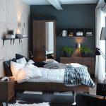 Petite chambre avec un ensemble de meubles modulaires