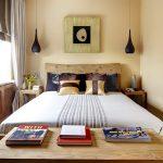 Petite chambre avec un minimum de mobilier - lit, tables de chevet et commode
