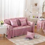 Petit canapé avec des couvertures et des oreillers faits à la main