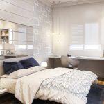 Petite chambre lumineuse avec un miroir en tête