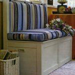 Petit canapé à rayures avec boîtes de rangement