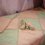 Délicat plaid tricoté vert et rose