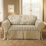 Couverture beige délicate sur le canapé faites-le vous-même