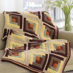 Plaid sur un canapé à partir d'un fil multicolore