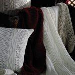 Couvertures à tricoter de différentes couleurs et textures différentes
