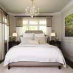 Arrangement de lit dans une petite chambre avec deux fenêtres