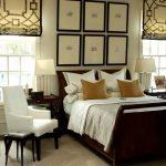 L'emplacement du lit dans la chambre à coucher avec deux fenêtres