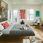 Disposition des meubles et des éléments décoratifs dans la chambre à coucher avec différentes fenêtres