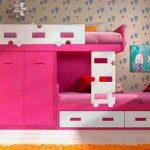 Lit rose et blanc avec une armoire pour deux enfants