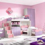 Chambre rose et lilas avec lits superposés