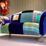 Canapé multicolore fait maison à partir de matériaux de récupération