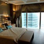 Chambre élégante avec baie vitrée et un grand lit.