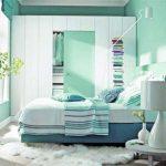 Armoire, lit et table à l'intérieur de la chambre en vert