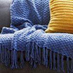 Couverture bleue avec des motifs faits à la main