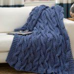 Couverture tricotée bleue avec motif à tricoter répété