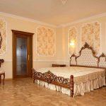 Chambre à coucher de style classique avec une disposition symétrique des meubles
