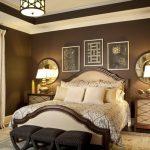 Lit traditionnel avec byaltsami doux avec une disposition symétrique des meubles