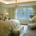 Chambre traditionnelle avec un haut lit moelleux et une chaise inhabituelle avec des poufs