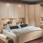 Armoire d'angle avec lit intégré pour une petite pièce
