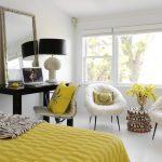 Fauteuils moelleux, une table pour le maquillage et un lit confortable dans la chambre
